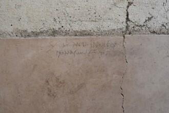 Un mesaj descoperit pe peretele unei case rescrie istoria
