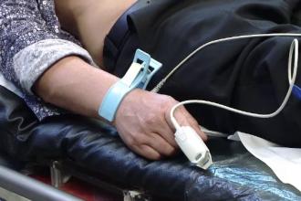 Un bătrân a ajuns la spital cu arsuri grave, după ce a încercat să-și curețe curtea