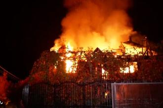 Și-a pierdut casa recent construită și 25.000 de euro într-un incendiu de proporții