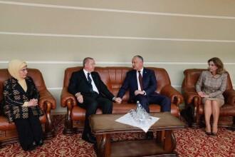 Glumele moldovenilor după poza în care Dodon și Erdogan se țin de mână flancați de soții