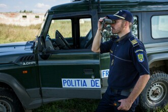 Ce au descoperit polițiștii de frontieră printre mărfurile dintr-un microbuz