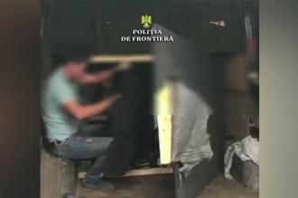Şapte migranţi au fost descoperiţi de poliţiştii de frontieră din Arad, ascunşi intr-o maşina, în spatele unui perete fals