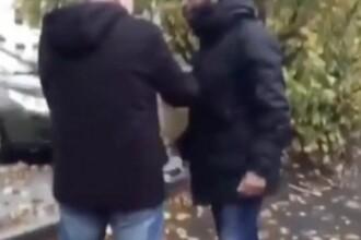 """Pensionar trântit la pământ de un hoț în plină stradă. """"Te rog, sunt prea bătrân"""". VIDEO"""