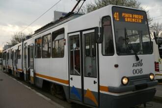 Bărbat accidentat de un tramvai după ce s-a dezechilibrat şi a căzut de pe refugiu pe șine