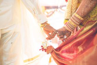 Metoda ingenioasă prin care cuplurile fac mai mulți bani la nuntă: vând invitații necunoscuților