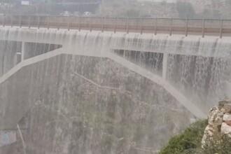 Podul care s-a transformat într-o cascadă din cauza inundațiilor severe din Italia. VIDEO