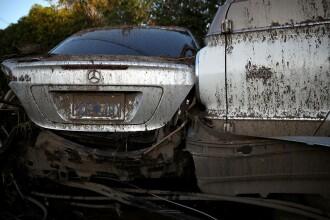 Un trailer cu mașini de lux a trecut pe sub un pod prea scund. Cum arată după impact. FOTO