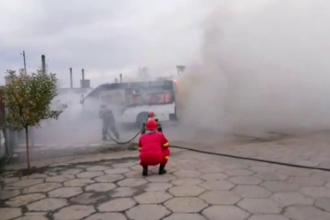 Un microbuz a luat foc din senin, într-o parcare din Slatina. VIDEO