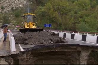 Inundații devastatoare: într-o zi a plouat cât în două luni. Un pod s-a prăbușit