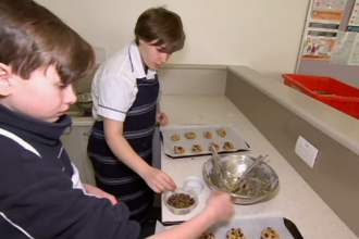 Elevii unei școli, încurajați să mănânce preparate care conțin gândaci sau viermi