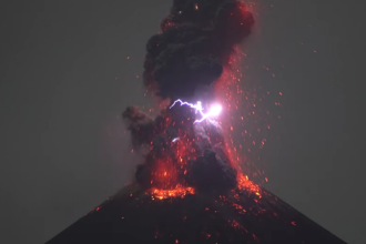 Spectacol de lumini creat de erupția unui vulcan. Acest fenomen este extrem de rar. VIDEO
