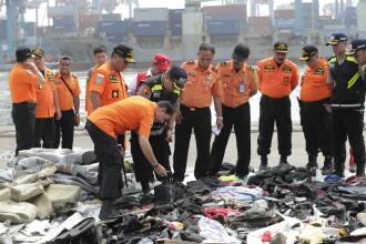 Căutările avionului din Indonezia continuă. 10 saci cu rămășițe umane și bucăți din avion, scoase din apă