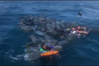 Traficanți de droguri agățați de pachete de cocaină, în Oceanul Pacific. Cum au fost prinși
