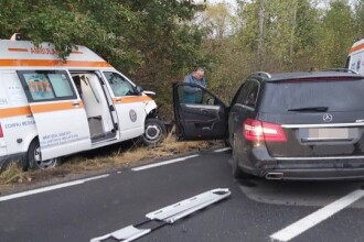 Ambulanță în misiune, lovită de o mașină, în Maramureș. Șoferul considerat responsabil a fugit