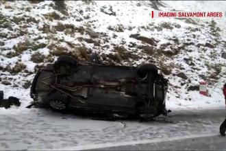 Patru tineri s-au prăbușit cu mașina de pe Transfăgărășan, după ce au derapat pe gheaţă. VIDEO