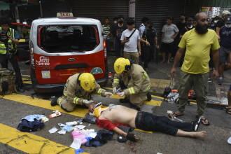 Taximetrist bătut de manifestanții din Hong Kong după ce a intrat cu mașina în mulțime