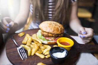 Recomandări ANPC pentru cei care mănâncă fast-food, după neregulile găsite într-un mall din București