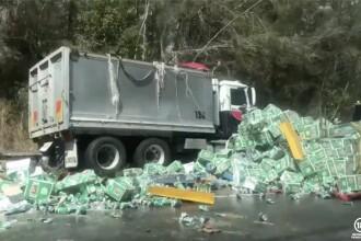 Mii de cutii de bere s-au împrăștiat pe o autostradă. Localnicii au sărit în ajutor. VIDEO