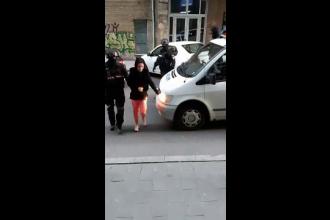 Fetiță obligată să se prostitueze chiar de sora ei, de 16 ani. Unul dintre clienți are 75 ani