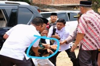 Ministru înjunghiat în timpul unei vizite oficiale. VIDEO cu momentul atacului