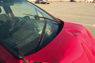 Polițist luat pe capotă de un adolescent de 15 ani aflat la volanul mașinii furate