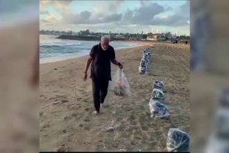 Premierul Indiei, surprins strângând gunoaiele lăsate de turiști pe plajă