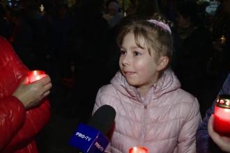 Reacția unei fetițe adusă de părinți la moaștele Sfintei Parascheva: