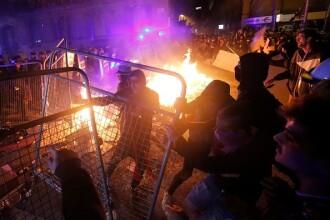Ciocniri violente în Barcelona. Protestatarii au aruncat cu pietre și torțe