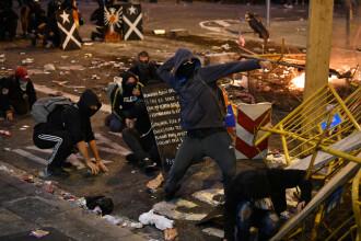 """""""Război"""" pe străzile din Barcelona. Protestatarii au incendiat obiecte și au aruncat cu pietre"""