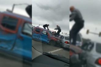 """Accident în lanț după o urmărire ca în filme a poliției. """"I-au ameninţat cu pistoalele prin geam"""""""