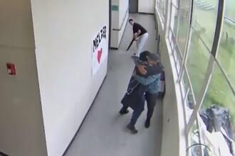Reacția uimitoare a unui profesor când a văzut un elev înarmat în școală. VIDEO