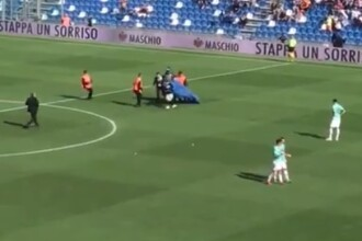Un parașutist a aterizat pe un stadion din Italia, în timpul unui meci din prima ligă. VIDEO