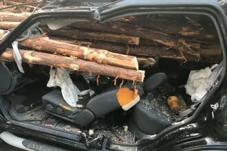 Accident șocant în SUA. Un șofer a intrat cu mașina într-un camion cu lemne