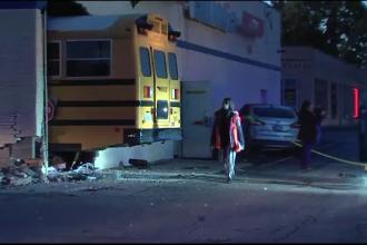 Autobuz plin de elevi, împlicat într-un accident violent în drum spre școală