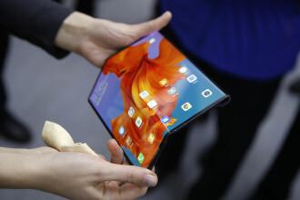 Huawei a lansat primul său telefon pliabil, 5G Mate X, în China. Ce preț va avea