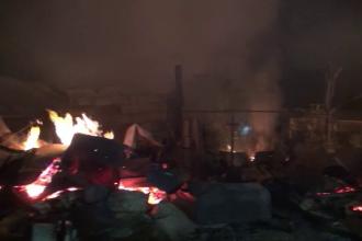 Un incendiu puternic a distrus 4 case din Bacău. Focul, întreținut de lemnele pentru iarnă