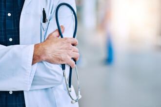 Pedeapsa primită de medicul român din UK care le spunea pacienţilor să stea