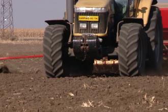 Un copil de un an și jumătate a murit, după ce tractorul în care se afla s-a răsturnat