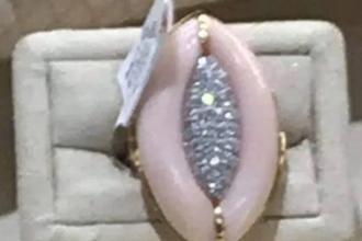Poza unui inel de logodnă a stârnit controverse pe internet. Ce formă are