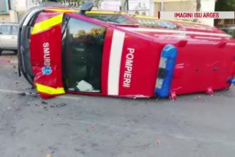 O ambulanță aflată în misiune a fost izbită de o mașină, în Pitești. Impactul a fost filmat