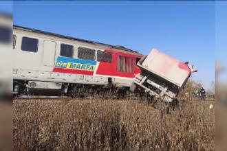 Un tren a deraiat lângă Avrig, după ce a lovit un camion. Ce a pățit șoferul neatent