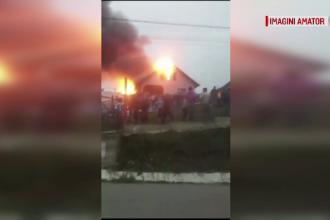 Incendiu puternic la o casă din județul Neamț. Trei persoane au fost transportate la spital