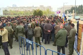 Pădurarii au adus cruci și capace de sicrie în fața Parlamentului. De ce protestează