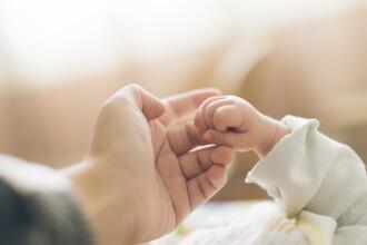 Un bărbat era să-şi ucidă bebeluşul. De ce i-a îndesat şerveţele umede în gură