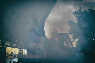 Orașul acoperit de un val gros de fum. Oamenii sunt sfătuiți să nu iasă din case