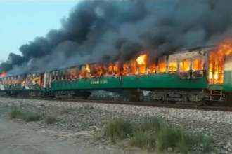 Cel puțin 70 de morți într-un tren mistuit de flăcări. Ce a declanșat catastrofa. VIDEO