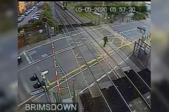 VIDEO. Momentul în care un bărbat e pe cale să fie călcat de tren. Ce s-a întâmplat apoi