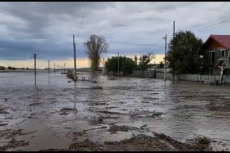 Inundații de proporții în județul Galați. Zeci de drumuri au fost rupte, iar apa a intrat în curți