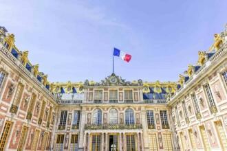 Bărbat, arestat după ce a pătruns în palatul Versailles. El purta un cearşaf şi pretindea că este rege