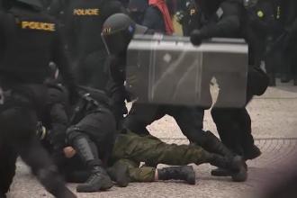 Proteste violente în Praga, din cauza restricțiilor. Poliția a intervenit cu tunuri cu apă